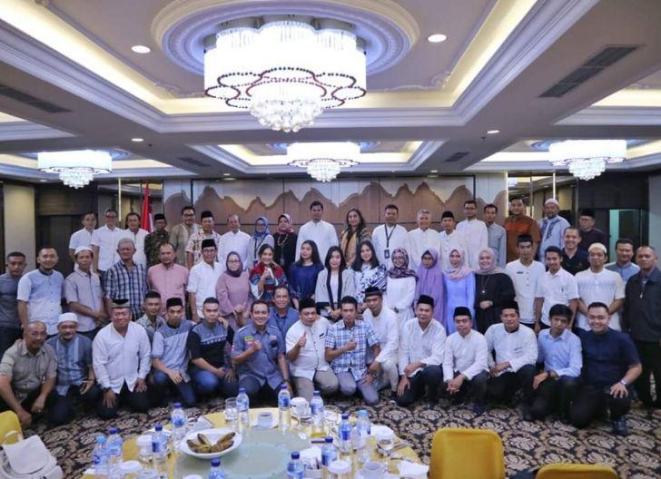 Photo of Keluarga Besar OSO Group Kalbar Buka Bersama di Grand Mahkota Hotel