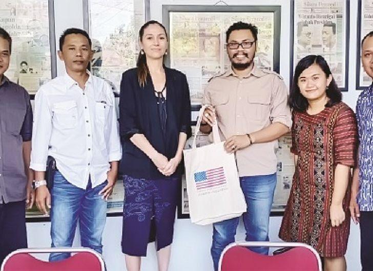 Photo of Kunjungan Khusus Wakil Atase Pers Dubes Amerika Serikat, Sita Raiter Takjub dan Kagum dengan Suara Pemred