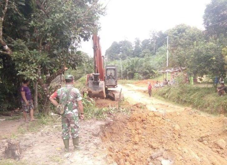 Photo of Dandim 1202/Skw Puji Kemanungglan Satgas TMMD Regtas ke-107, dalam Pembangunan Jalan Penghubung Dua Desa di Kabupaten Sanggau