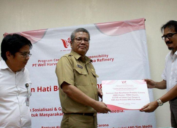 Photo of PT WHW Salurkan Bantuan 100 APD dan Ribuan Alat Kesehatan untuk Tangani Covid-19 di Kalbar
