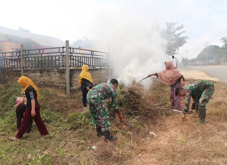 Photo of  Ajak Ibu-Ibu Kerja Bakti Membersihkan Lingkungan Sekitar, Satgas TMMD Regtas ke-107 Contohkan Semangat Gootng-Royong