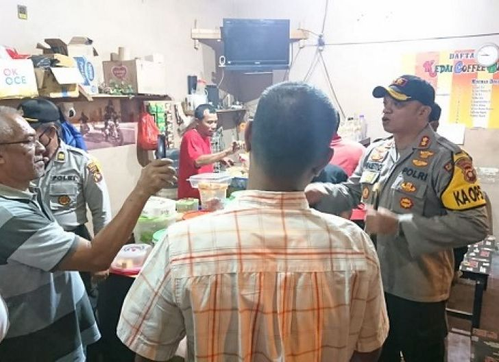 Photo of Polisi Bubarkan Warga Nongkrong di Warkop