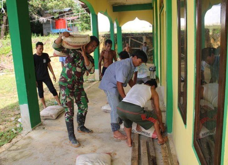 Photo of Personel Satgas TMMD Distribusikan Material Semen Pembangunan Masjid Al-Muttaqin Dusun Sekura