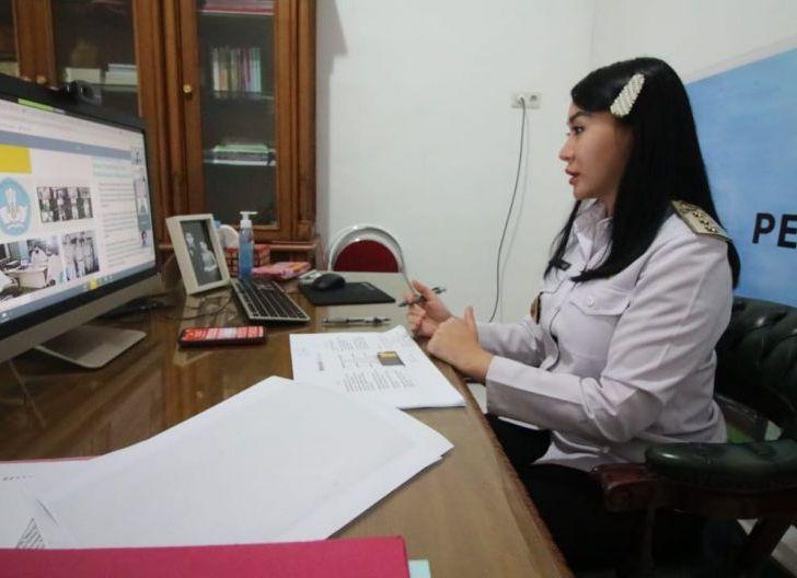 Photo of Diskusi Online Tantangan Belajar di Rumah, Karolin Sampaikan Metode Pembelajaran di Landak