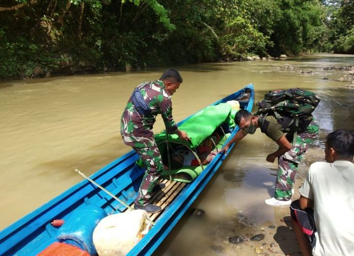 Photo of TNI di Perbatasan Bantu Evakuasi Lansia Ke Puskesmas Arungi Sungai