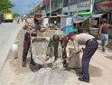 Peringati HUT Bhayangkara ke 74, Polsek Sungai Kunyit Tambal Lubang di Jalan Raya Semudun