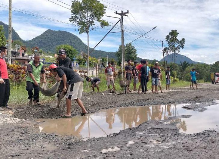 Photo of Tjhai Chui Mie Pantau Perbaikan Jalan Provinsi