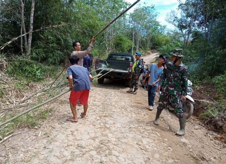 Photo of TMMD Ke -108 Kodim 1202/Skw, Memasang Umbul-umbul Hiasi Desa Danti