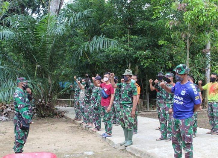 Photo of Awali Kegiatan di Lokasi TMMD Reguler ke-108 Kodim 1203/ktp, Anggota Satgas Laksanakan Apel Pengecekan