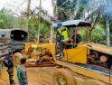 Anggota Satgas TMMD ke-108 Praka Firmansyah Dampingi Langsung Opertor Alat berat