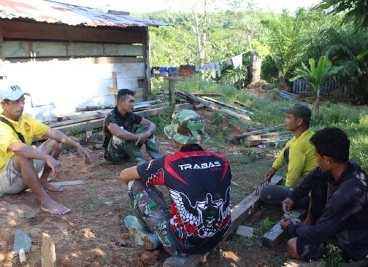 Photo of Tak Butuh Waktu Lama, Personel Satgas TMMD ke-108 Cepat Akrab dengan Warga