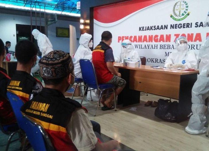 Photo of Kejari Sanggau Rapid Test 12 Tahanan,1 Orang Reaktif Tunggu Surat Resmi Dinkes