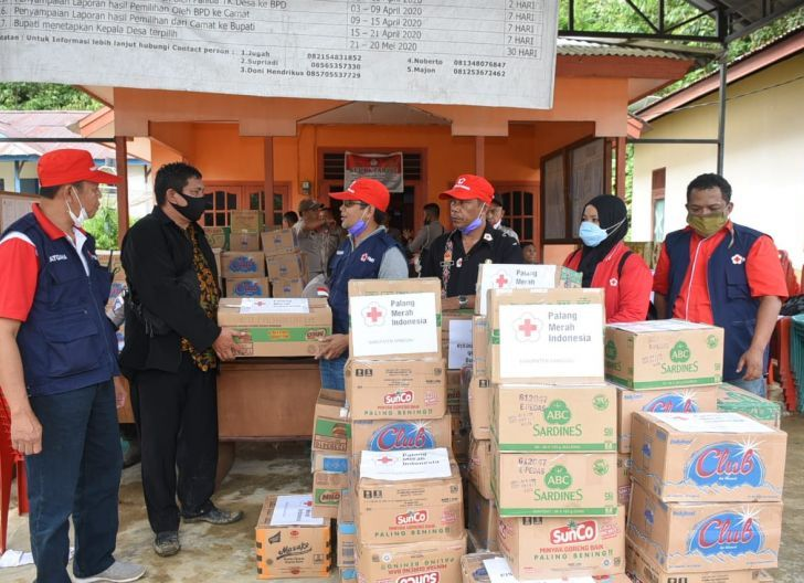 Photo of PMI Sanggau Salurkan Bantuan Sembako untuk Korban Banjir Bandang di Entikong