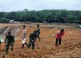 Photo of Satgas TMMD Reguler ke-108 Kodim 1014/Pbn, Tapaki Hari ke-12 di Desa Bangun Jaya dengan Semangat