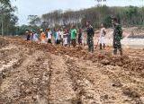 Photo of Warga Ketua RT 08 Bantu Satgas TMMD Reguler ke-108 Kodim 1014/Pbn saat Kerja Bakti Bersama Membersihkan Jalan