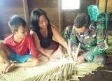 Photo of Prada Gilang Membantu Warga Dalam Membuat Tikar Dari Daun Pandan