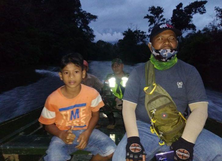 Photo of Gunakan Speed boat, Satgas TMMD 108 Bantu Antar Pulang Maldini Anak Dusun Momong