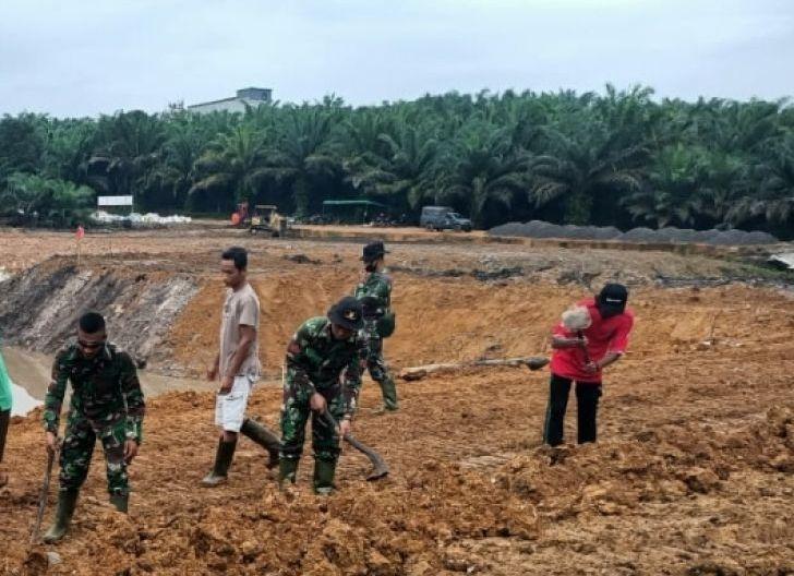 Photo of Awan Hitam Warnai Pembangunan Embung TMMD Reguler ke-108 Kodim 1014/Pbn
