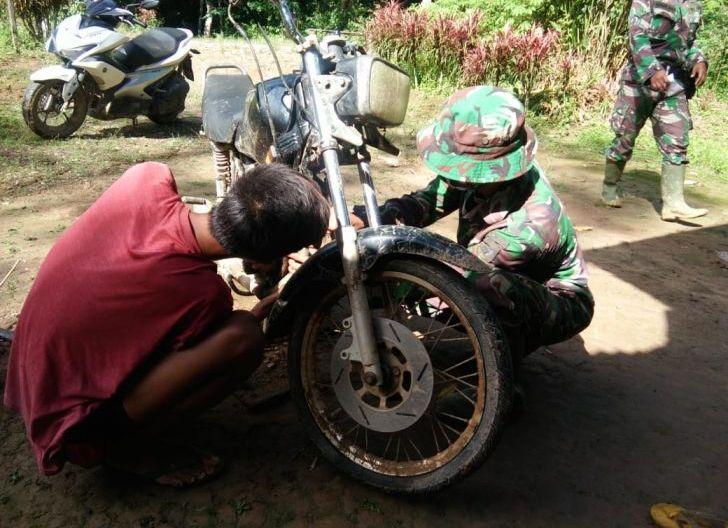 Photo of Satgas TMMD, Bantu Warga Memperbaiki Sepeda Motor