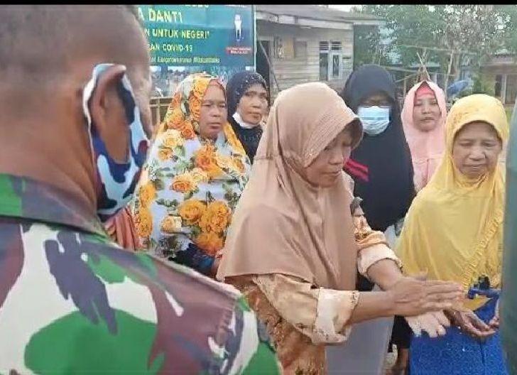 Photo of Pasi Teritorial dan Koordinator Lapangan Kodim 1202 Singkawang Imbau Warga Pakai Masker Cegah Penyebaran Virus Corona