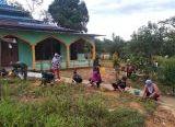 Photo of Warga Bersama Satgas TMMD Bersihkan Lingkungan Masjid Nurul Islam