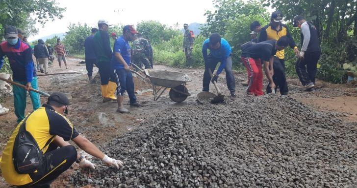 Bupati Pimpin Gotong Royong Perbaiki Jalan Siduk-Teluk Batang