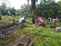 Kades Danti Apresiasi Satgas Kodim 1202/Skw Bantu Warga Membersihkan Pemakaman