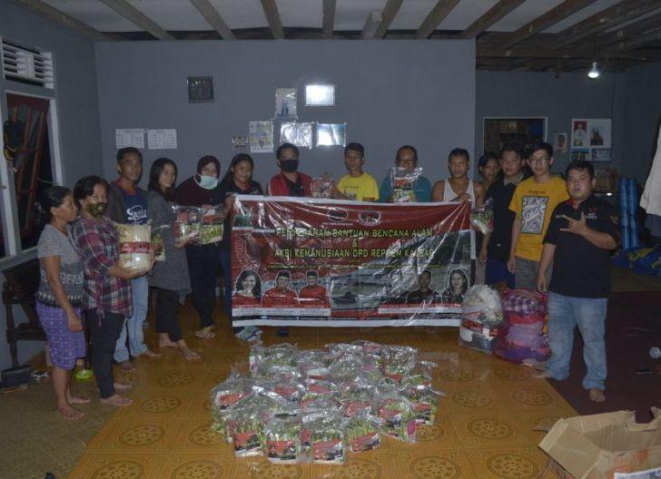 Photo of Relawan Perjuangan Demokrasi Kalbar Salurkan 51 Paket Sembako kepada Korban Kebakaran
