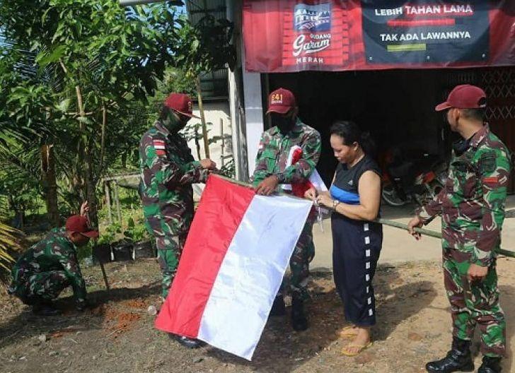 Photo of Sambut HUT Kemerdekaan RI ke-75 di Perbatasan, Satgas Pamtas Yonif 641/Beruang Datangi Bagikan Bendera
