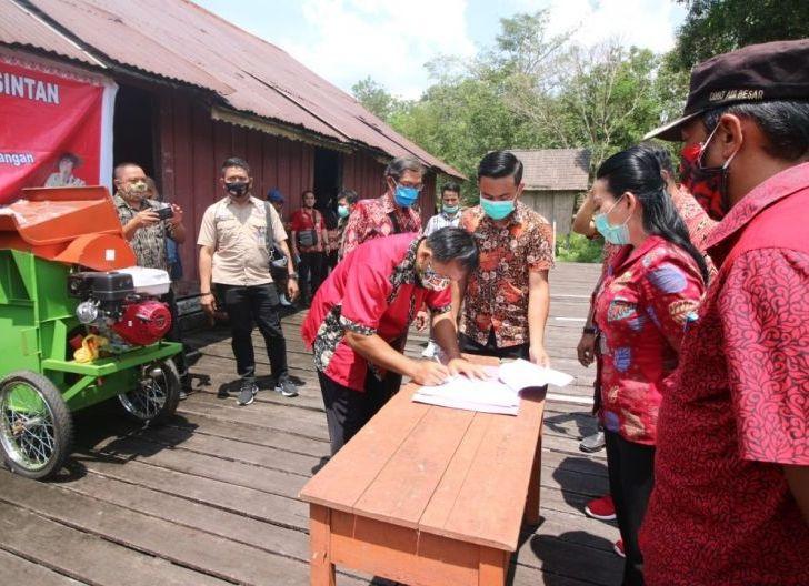 Photo of Bupati Landak Komitmen Tingkatkan Pertanian, Kecamatan Air Besar Kebagian Bantuan Benih dan Alsintan