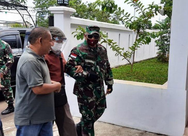 Photo of Danrem 121/Abw, Brigjen TNI Ronny S.A.P, Papah dan Antar Orang Tua Pulang Kampung