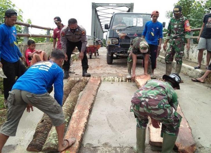 Photo of Peduli Akses Transportasi Vital, TNI-Polri Bantu Masyarakat Perbaiki Jembatan