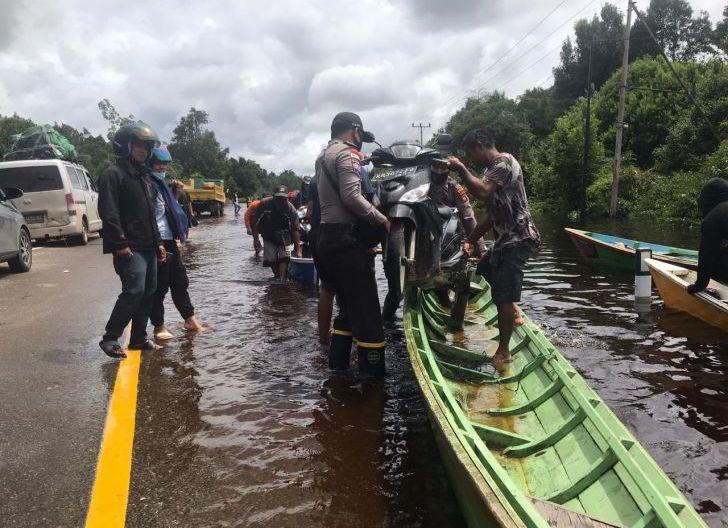 Photo of Banjir Kali Ini Terbesar di Kapuas Hulu, Nasir Minta Camat Laporkan Data Banjir