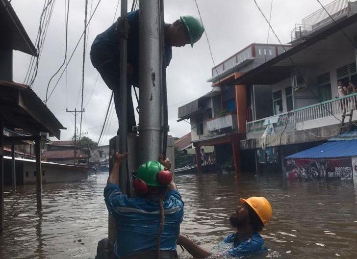 Photo of Amankan Jiwa Warga dan Asset Kelistrikan Paska Banjir, PLN Terpaksa Hentikan Aliran Listrik di Putussibau