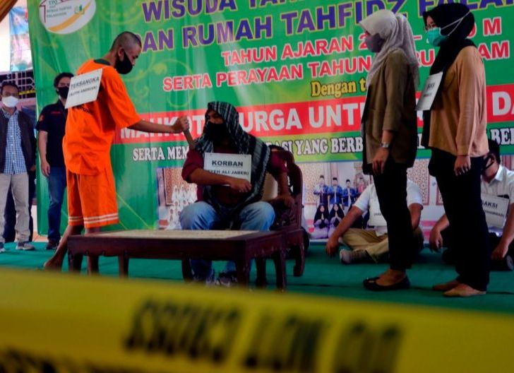 Photo of Rekonstruksi Penusukan Syekh Ali Jaber, Pelaku Peragakan 17 Adegan