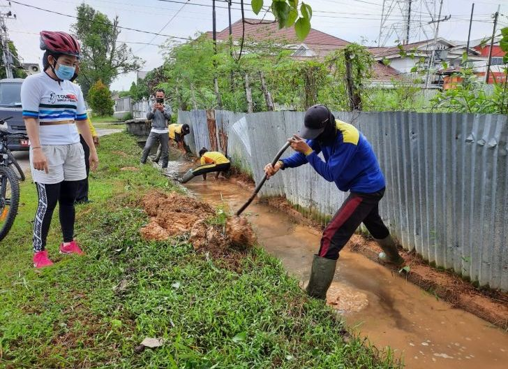 Photo of Antisipasi Banjir Saat Curah Hujan Tinggi, Wali Kota Beserta Jajaran Bersihkan Drainase Jalan Antasari