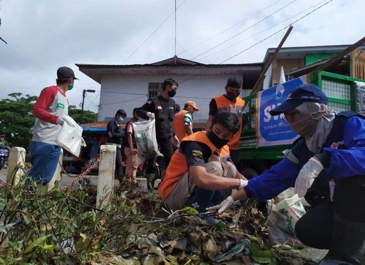 Photo of Pemkab Dibantu PMI, TNI dan Polri Bersihkan Sampah Pasca-Banjir