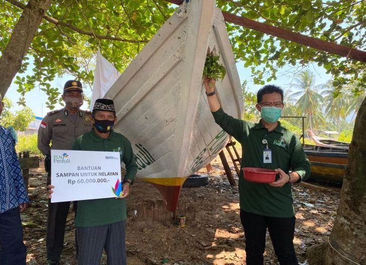 Photo of Dorong Produktivitas Nelayan di Desa Temajuk, PLN Berikan Bantuan Kapal Senilai Rp60 Juta