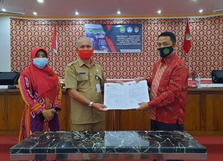 Photo of Bantu Tingkatkan Mutu Pendidikan di Daerah, Puluhan Mahasiswa IKIP PGRI Pontianak Magang di Landak