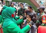 Photo of Ketua Persit KCK Koorcab Rem 121 Abw, Terus Kampanyekan Penerapan Prokes, Kali Ini Berbagi Masker di Pasar Inspres Sintang