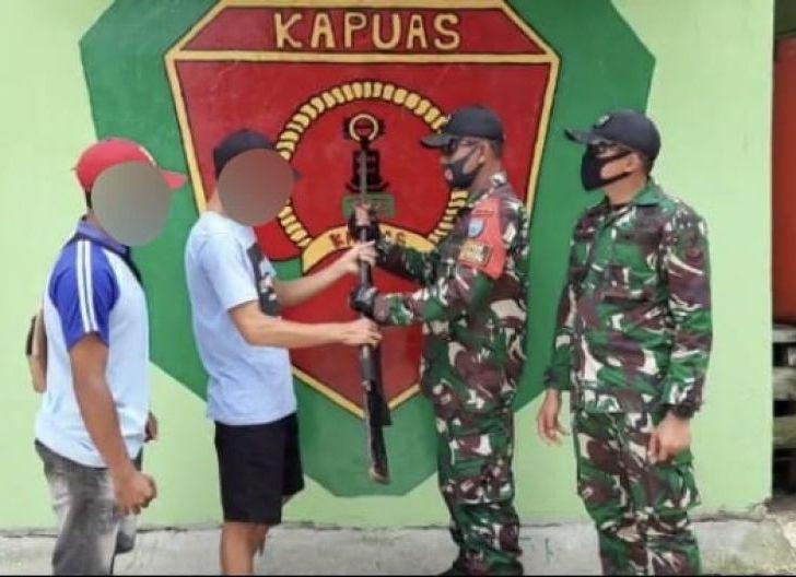 Photo of Sadar Akan Bahaya, Warga Serahkan Senpi Rakitan ke Satgas Pamtas 642/Kapuas