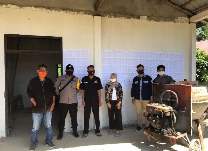 Photo of Bhabinkamtibmas Dampingi Penempelan Daftar Pemilih Tetap  di Masing-masing PPS Desa Kecamatan Lumar
