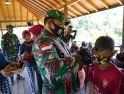 Brigjen TNI Ronny, S.A. P Bagikan Masker kepada Masyarakat di Perbatasan