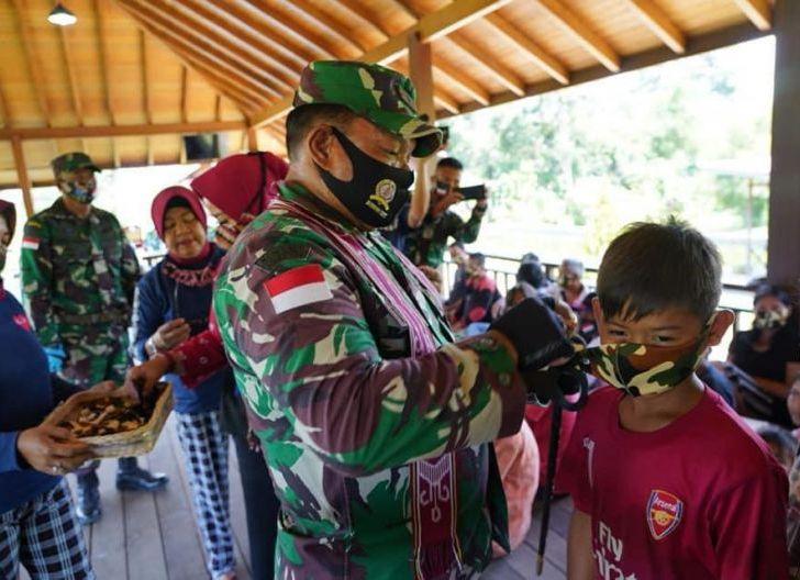 Photo of Brigjen TNI Ronny, S.A. P Bagikan Masker kepada Masyarakat di Perbatasan