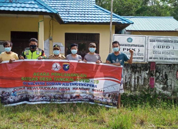 Photo of Pencanangan Satgas Desa Tangkal Covid-19, Babinsa Koramil 1202-07/Ledo Berbagi Masker