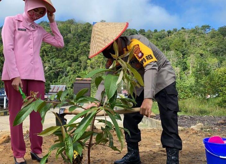 Photo of Kapolres Kayong: Tanam Pohon Bukti Cinta Bumi