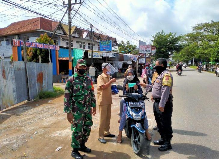 Photo of Secara Masif Jajaran Kodim 1207/BS Tegakkan Disiplin Protkes Menuju Wilayah Bebas Covid-19