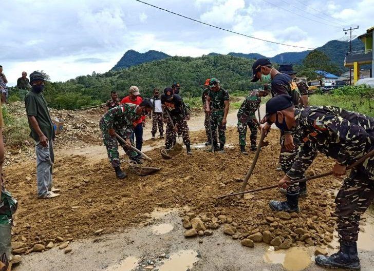 Photo of Karya Bhakti Koramil Bengkayang Bersama Masyarakat, Perbaiki Jalan Rusak Sepanjang Satu Kilometer