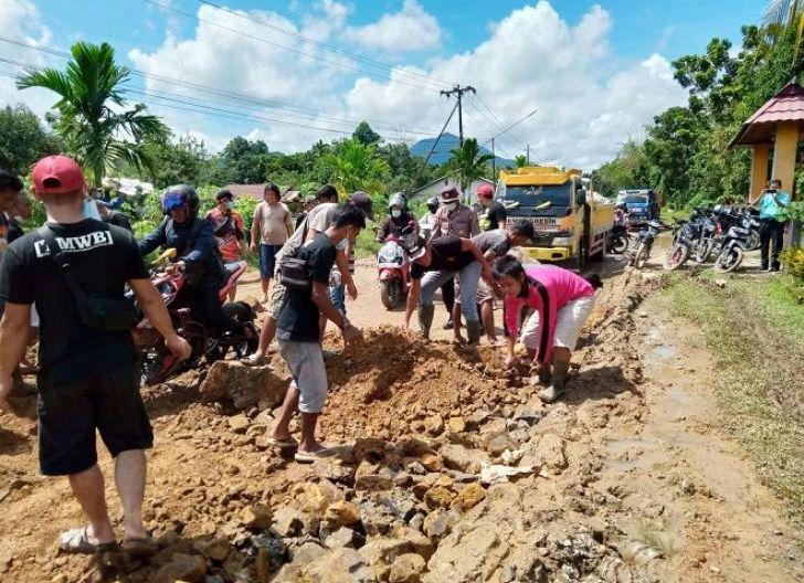 Photo of Wali Kota Singkawang Berharap Pemprov Kalbar Gelar Tender, Jalan Raya Singkawang-Bengkayang Rusak Parah