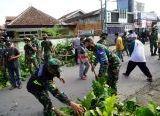 Photo of Langkah yang Cerdas, TNI-Polri di Mataram, Laksanakan Karya Bhakti dengan Libatkan Ormas di Lokasi Pasca Penurunan Baleho HRS